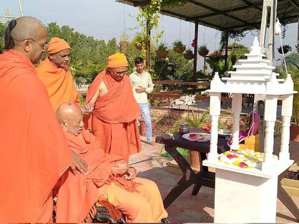 આ પ્રસંગે જનમંગલના પાઠ કરીને આરતી ઉતારવામાં આવી હતી - Divya Bhaskar