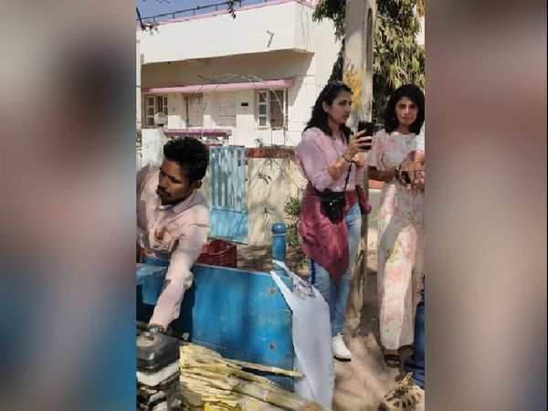 શેરડીનો રસ પીવા માટે લોકોની લાંબી કતારો લાગી - Divya Bhaskar