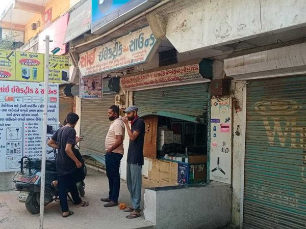 જય કોમ્પલેક્સની દુકાનનું શટર તસ્કરો ઉચું કરી નાખ્યું હતું. - Divya Bhaskar