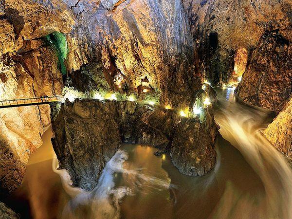 આ છે સ્લોવેનિયાના દક્ષિણ-પશ્ચિમ ભાગમાં આવેલી સ્કોજિયન ગુફાઓ. લાંબી અને ભુલભુલામણી જેવી ગુફાઓ 5800 મીટર લાંબી અને 209 મીટર ઊંડી છે. એના અસાધારણ મહત્ત્વને કારણે યુનેસ્કોએ 1986માં તેને કુદરતી અને સાંસ્કૃતિ વૈશ્વિક વારસાનાં સ્થળોની યાદીમાં સામેલ કરી હતી. આ ગુફાઓના ખડકોની વચ્ચેથી રેકા નદી વહે છે, જે આગળ જઈને એડ્રિયાટિક સાગરમાં મળી જાય છે. આ ગુફાઓને જોવા માટે દર વર્ષે લગભગ એક લાખ લોકો આવે છે. આ ગુફાઓમાં અનેક દુર્લભ જીવો સહિત ચામાચીડિયાની સાત પ્રજાતિઓ જોવા મળે છે. - Divya Bhaskar