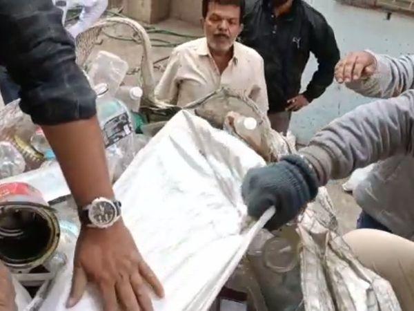 પોલીસે કચરાની નીચેથી દારૂનો જથ્થો ઝડપી લીધો હતો