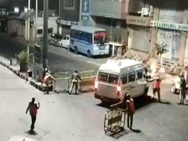 એમડી રોડ પર પોલીસે કાર રોકવા માટે રસ્તા પરથી પસાર થતી ટેક્સીઓ, ટૂરિસ્ટ બસ અને બીજી ગાડીઓને વચ્ચે લગાવી, પરંતુ કારચાલક નાકાબંધી તોડીને ભાગ્યો. - Divya Bhaskar