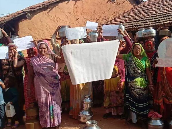 મહિલાઓએ બેનરો સાથે વિરોધ નોંધાવ્યો હતો. - Divya Bhaskar