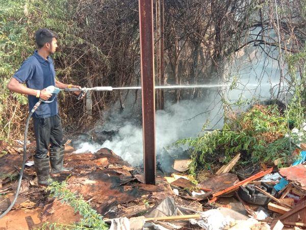 ગોડાઉનમાં આગ લાગતાફાયર ફાઇટરો સ્થળ પર પહોંચી પાણીનો મારો ચલાવ્યો. - Divya Bhaskar