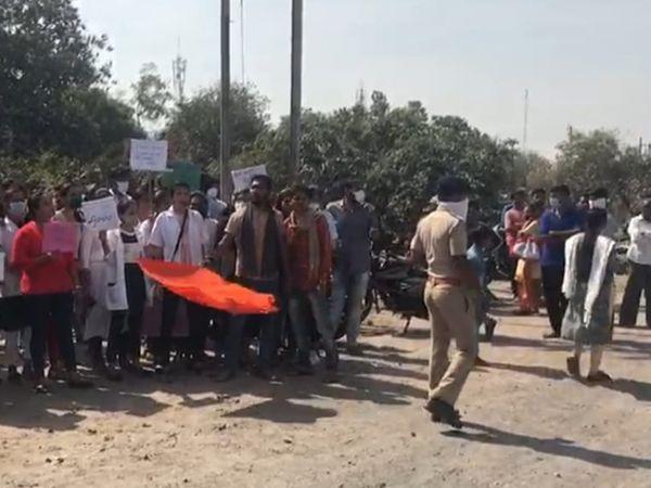 વિરોધ કરાત વિદ્યાર્થીઓને પોલીસે ડિટેઇન કર્યા તે તસવીર. - Divya Bhaskar