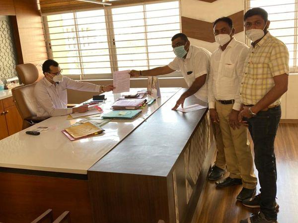 ક્રેડાઈ બિલ્ડર્સ એસો.દ્વારા કલેક્ટરને આવેદન આપ્યું હતું. - Divya Bhaskar