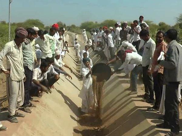 સાબાના ખેડૂતોએ કેનાલમાં માટી વડે પુરાણ કરી રોષ ઠાલવ્યો. - Divya Bhaskar