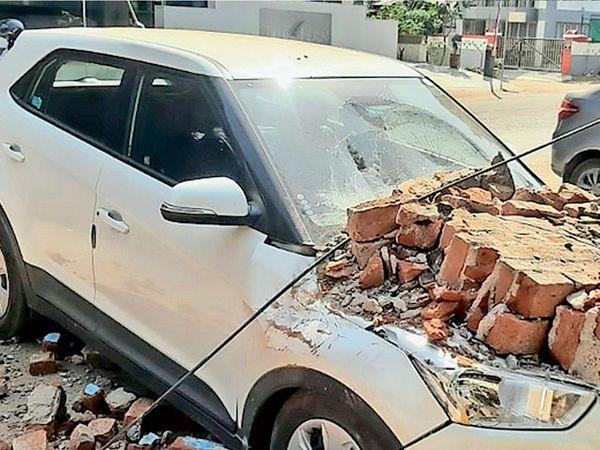 દિનેશ મિલની એકબાજુની દીવાલ તૂટી પડતાં કાર દબાઇ ગઇ હતી. - Divya Bhaskar