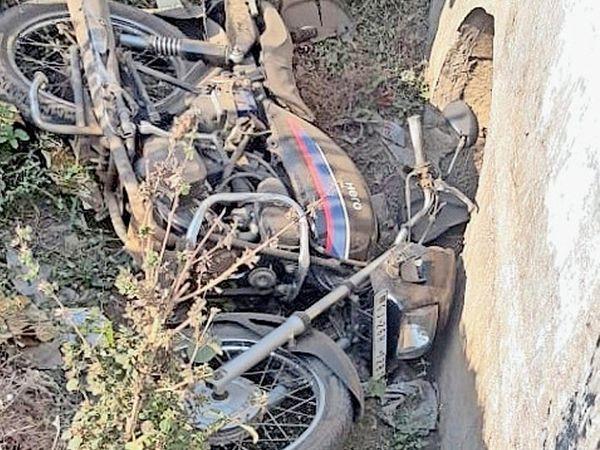 સોનારપાડાની સીમમાં બાઈક દીવાલ સાથે અથડાતાં ચાલકનું મોત થયું હતું. - Divya Bhaskar
