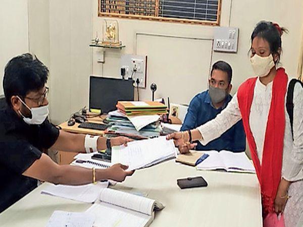 રાજપીપલા પાલિકામાં મહિલા કાર્યકરે અપક્ષ ઉમેદવારી નોંધાવી . - Divya Bhaskar