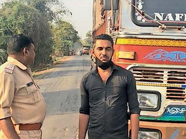 ઝઘડિયાથી પશુ ભરેલી ટ્રક પોલીસે પકડી હતી - Divya Bhaskar