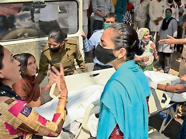 વારસિયાની બેંકર્સ હોસ્પિટલ ખાતે અલીરાજપુરની શિક્ષિકા નીલોફર ખાનનું 33 દિવસની સારવાર બાદ મોત થતાં પરિવારજનોએ તબીબોની નિષ્કાળજીથી હોવાના આક્ષેપ સાથે હોબાળો મચાવ્યો હતો. - Divya Bhaskar