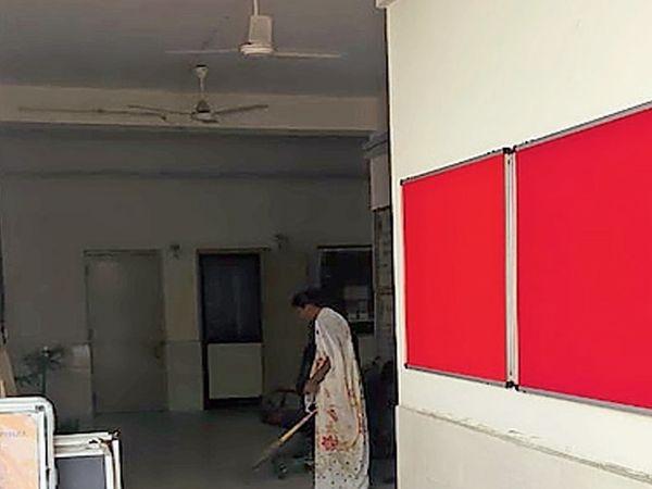 યુનિવર્સિટીમાં નેકના ઇન્સ્પેકશનને લઈને કેમ્પસથી લઈને ક્લાસરૂમમાં પણ બદલાવ જોવા મળી રહ્યા છે ત્યારે ભવનોમાં જુના નોટીસ અને ક્લાસના બોર્ડ ઉતારી લેવાયા છે તેની જગ્યાએ નવા નક્કોર બોર્ડ લગાવી દેવાયા છે. - Divya Bhaskar