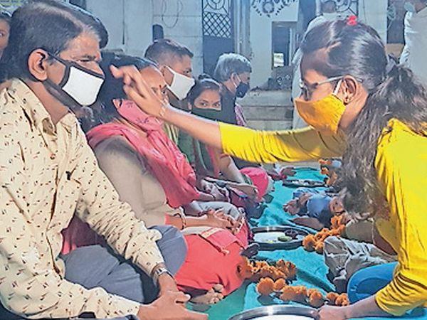 પાદરામાં કોઠી ફળિયા ખાતે બાળકોએ પૂજન કર્યું - Divya Bhaskar