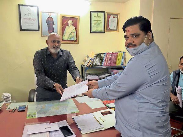આણંદ જિલ્લા શિક્ષણાધિકારીને ફી મુદ્દે આવેદનપત્ર આપીને રજૂઆત કરી હતી. - Divya Bhaskar
