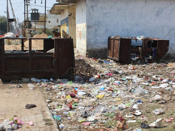 નડિયાદના વોર્ડ નં.11માં ડોર ટુ ડોર સફાઇના અભાવે સોસાયટીઓના નાકે લોકો કચરાના ઢગલા કરી જાય છે. - Divya Bhaskar