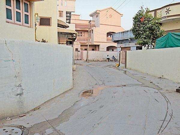 બાહુબલી તરફની સોસાયટી નો રસ્તો દબાણોના કારણે સાંકડો બનતા રહીશો અને ટ્રાફિકની સમસ્યાથી પરેશાન - Divya Bhaskar