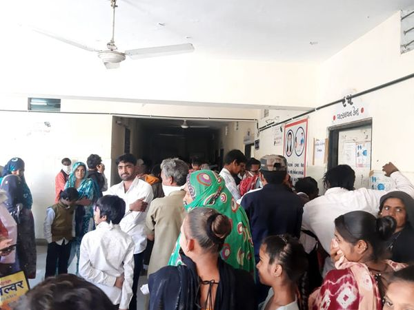 અગ્રણીઓ, તબીબો અને સંસ્થાના કાર્યકરો ઉપસ્થિત રહી આ કેમ્પમાં સહયોગી બન્યા હતા - Divya Bhaskar