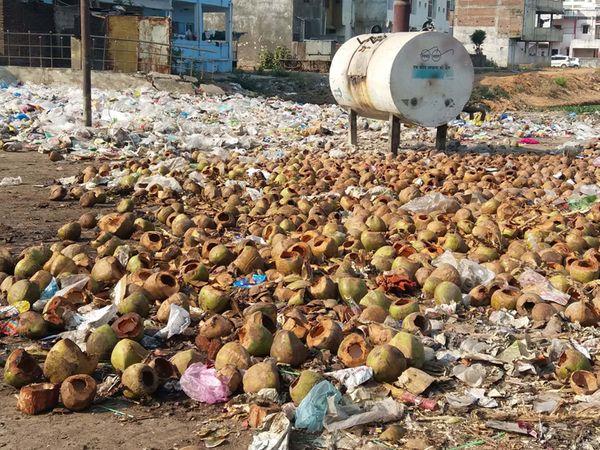 છોટાઉદેપુર બજાર વિસ્તારમાં ખાણી-પીણીની લારીઓ પાસે ભારે ગંદકી અને કચરાના ઢગલા થયેલા જોવા મળે છે. - Divya Bhaskar