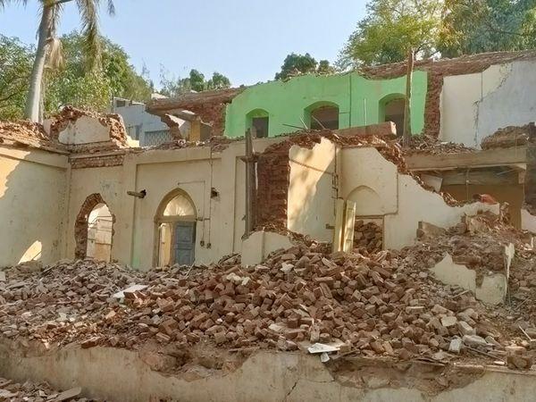 કડાણામાં રાજવી પરિવાર દ્વારા  બનાવવામાં અાવેલ ગેસ્ટહાઉસ જમીનદોસ્ત કર્યું. - Divya Bhaskar