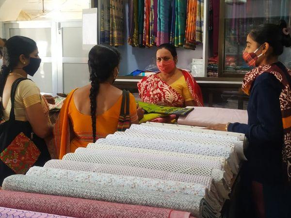 1 લાખ ખાદીનું વેચાણ છતાં 15 ટકા જથ્થો ખાલી થયો. - Divya Bhaskar