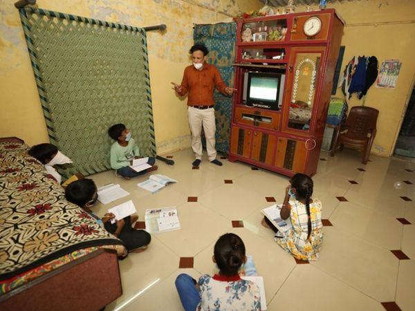 વિદ્યાર્થીઓને ઘરે જઇ ભણાવી રહેલા દાસ્તાન શાળાના શિક્ષકો. - Divya Bhaskar