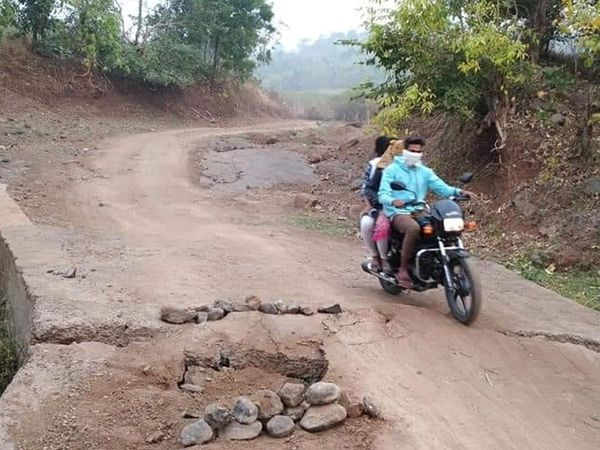 નેત્રંગના 12 ગામને તાલુકા સાથે જોડતો રસ્તો અત્યંત બિસ્માર હોવાથી આ વિસ્તારના લોકોને અસર પહોંચી રહી છે. - Divya Bhaskar