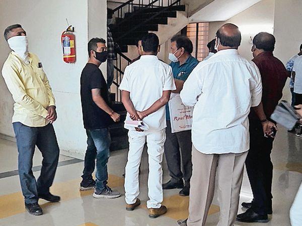 મામલતદાર કચેરીએ ફોર્મ ભરવા આખો દિવસ જમાવડો - Divya Bhaskar