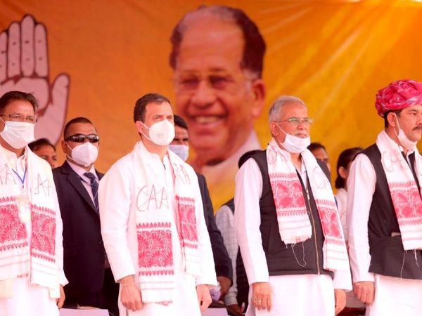 રાહુલ ગાંધીની ડાબી બાજુ છત્તીસગઢના મુખ્યમંત્રી ભૂપેશ બધેલ. દરેક વ્યક્તિએ NO CAA લખેલ ખેસ પહેર્યો હતો.