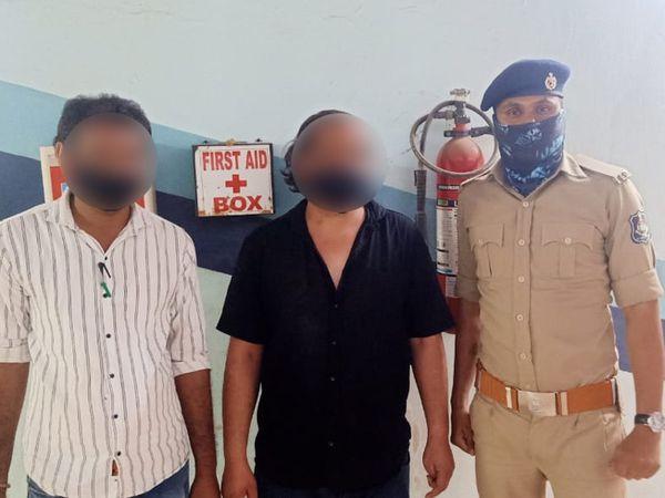 ભાઈ સાથે યુવક અને મોતના મુખમાંથી બચાનાર પોલીસ કર્મી. - Divya Bhaskar