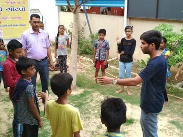 શિક્ષક દ્વારા દર રવિવારે સ્લમ વિસ્તારમાં જઇ બાળકોને ભેગા કરી દાદા દાદીનો ઓટલો કાર્યક્રમ કરવામાં આવે છે. - Divya Bhaskar