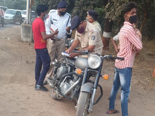 ગાંધીનગર પોલીસે  મોડી ફાઈડ કરેલા 20 બુલેટને ડિટેઇન કરી નાખ્યા - Divya Bhaskar