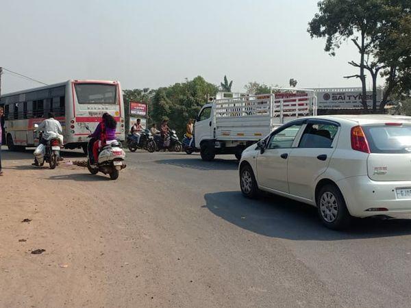 માંડવી ધોબની નાકા પર આડેધડ વાહન પાર્કિંગથી અકસ્માતનો ભય સાથે અવર જવરમાં મુશ્કેલી - Divya Bhaskar
