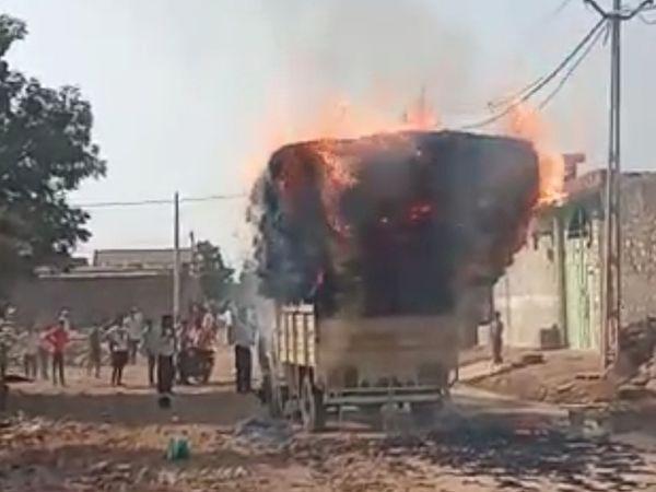 ખોડુમાં કરંટથી કડબ ભરેલા ટેમ્પમાં આગ લાગી હતી. - Divya Bhaskar