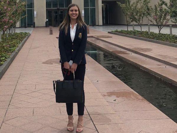26 વર્ષની બ્રિટની હિગિન્સની આ તસવીર 2018ની છે, તેમાં તે પાર્લામેન્ટ બહાર જોવા મળી રહી છે - Divya Bhaskar
