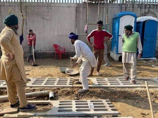 તસવીર ટીકરી સરહદની છે. ખેડૂતો હવે પાક્કાં નિર્માણની તૈયારી કરી રહ્યા છે. કેમ્પમાં ઘરની તમામ સુવિધાઓ ઉપલબ્ધ કરવામાં આવી રહી છે. - Divya Bhaskar