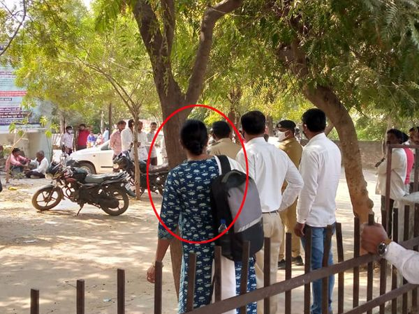 બહુચરાજી જિ.પં. બેઠક પર વિવાદ બાદ કોંગ્રેસના ઉમેદવાર (રાઉન્ડમાં ગીતાબેન દેસાઇ)નું  ફોર્મ માન્ય રહેતાં પોલીસ રક્ષણ સાથે ઘરે મોકલાયા હતા. - Divya Bhaskar