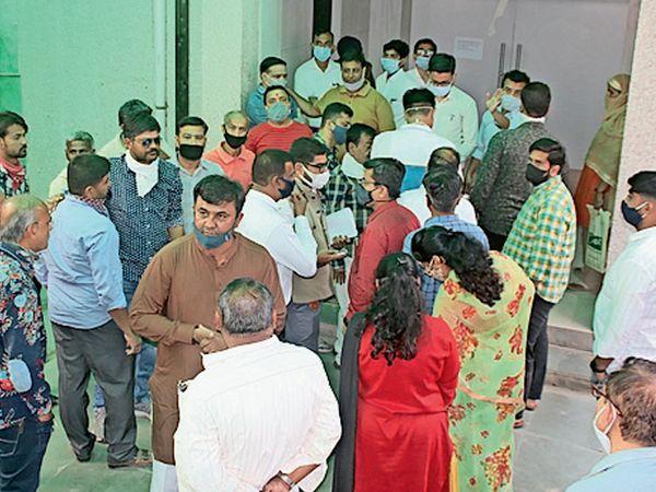 ઉમેદવારી ફોર્મની ચકાસણી વેળાએ ભુજની કચેરીમાં જામેલી ભીડ. - Divya Bhaskar