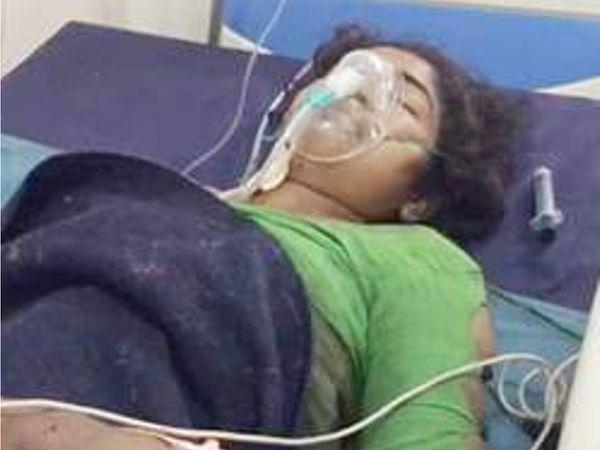 ગંભીર ઇજાને પગલે હાલ યુવતીને રાજકોટ સિવિલ હોસ્પિટલમાં સારવાર અર્થે ખસેડાઇ છે. - Divya Bhaskar