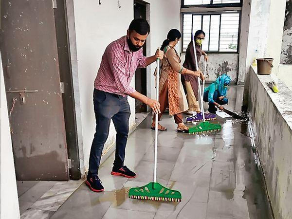 શિક્ષકો દ્વારા સ્કૂલમાં સાફ-સફાઈ શરૂ કરી દેવામાં આવી છે - Divya Bhaskar