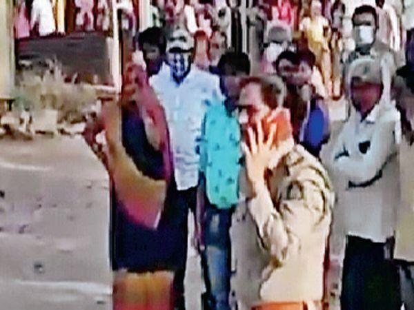કમલીવાડા ગામે વરઘોડામાં કાંકરીચાળો થતા પોલીસ ઘટનાસ્થળે દોડી આવી હતી - Divya Bhaskar