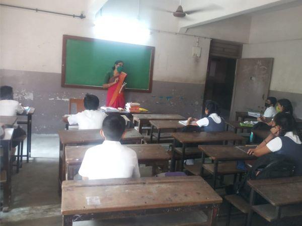 કોરોનાની દહેશત વચ્ચે ધોરણ-6થી 8 સુધીના વિદ્યાર્થીઓ સ્કૂલમાં અભ્યાસ માટે આવ્યા - Divya Bhaskar