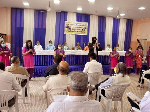 આ પ્રસંગે સંસ્થાના મંત્રી સહિત બધિર બાળકોએ પણ હાજરી આપી હતી - Divya Bhaskar