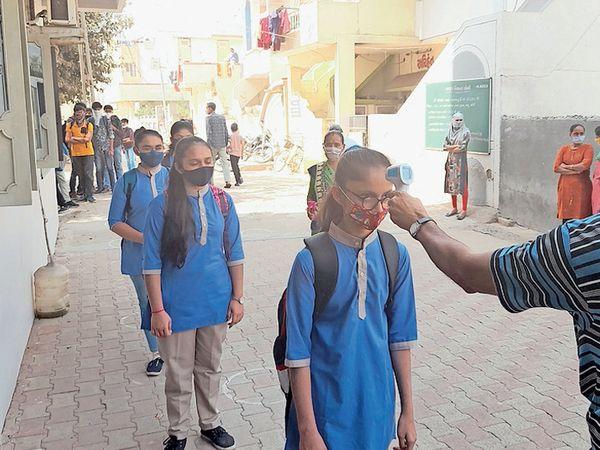 300 દિવસથી વધુ લાંબા વેકેશન બાદ શાળાઓમાં ગુરુવંદના સાથે અભ્યાસ શરૂ - Divya Bhaskar