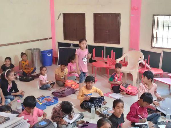 શાળાનો સ્ટાફ અને વિદ્યાર્થીઓ માસ્ક વગર જોવા મળ્યા - Divya Bhaskar