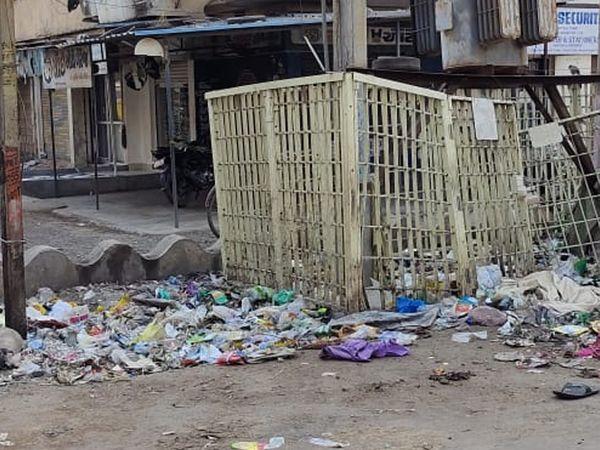 નવા બનાવેલા રસ્તાઓ પર કપચી ઉખડવા લાગી છે. - Divya Bhaskar