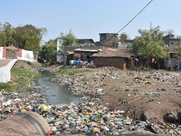 કાલુપુર તકિયા બાલાપીર દરગાહના લોકોની નર્કાગાર જેવી સ્થિતિ. - Divya Bhaskar