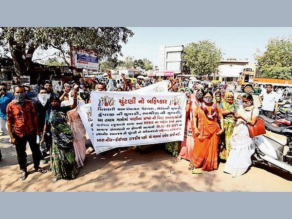 દહેગામમાં પાણીની સમસ્યાને લઈ ગ્રામજનોએ રેલી કાઢી પાણીની માંગ સાથેનું આવેદનપત્ર મામલતદારને આપ્યું હતું. - Divya Bhaskar