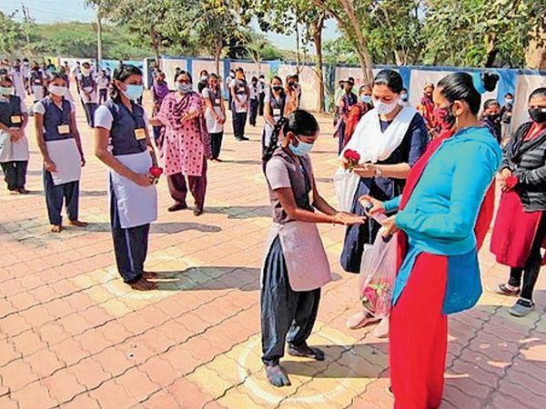 ઊનામાં શાળા શરૂ થતાં જ શિક્ષકોએ વિદ્યાર્થીઓને ગુલાબ આપી શાળામાં પ્રવેશ કર્યો હતો. - Divya Bhaskar