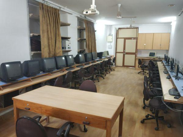 દાતા અને એલ્યુમનાઈના ખર્ચે આ પ્રકારે કમ્પ્યૂટર રૂમ બનાવવામાં આવ્યો છે - Divya Bhaskar